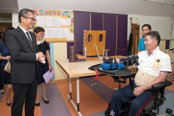財政司司長陳茂波先生用心了解中心為病人提供的職業治療服務。