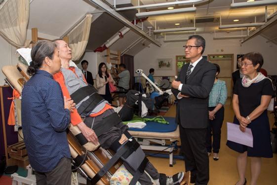 陳茂波先生與服務使用者及其家屬傾談,了解他們的日常生活。
