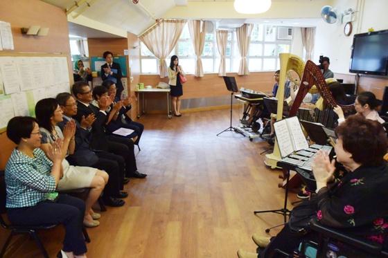 中心學員向一眾參訪嘉賓表演豎琴。